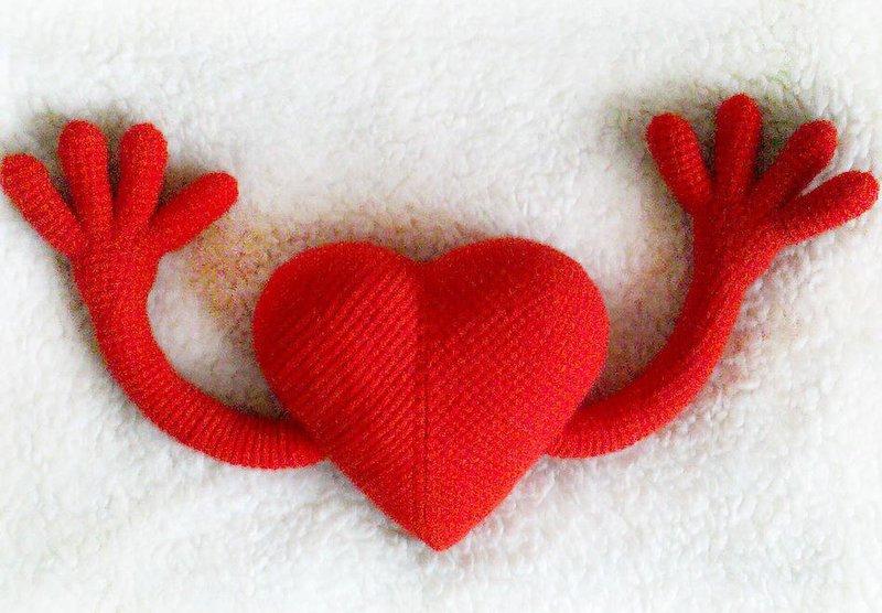 Открытка с сердечком на крючке, раскраска онлайн